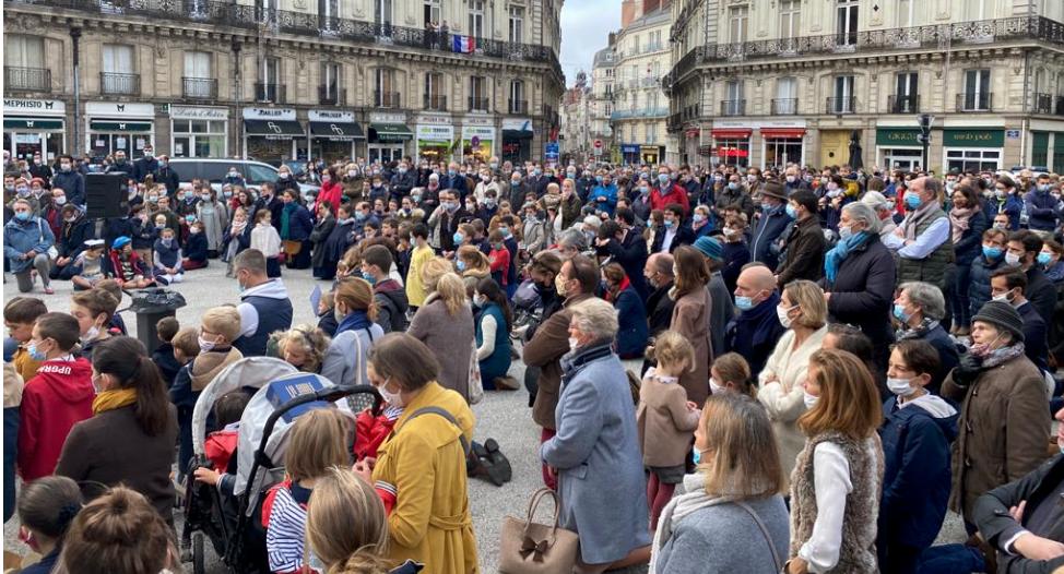 Manifestation pro-messe devant la cathédrale de Nantes